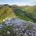 Wenige Höhenmeter vor dem Gipfel wird es wieder flacher. Blick zurück auf die bewältigte Strecke.