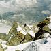 Tiefblick vom Gipfel über den gezackten N-Grat hinunter zum oberen Turtmanngletscher. Welches ist der Grand Gendarme?