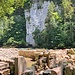 ...Teile des alten Gemäuers. Bei den vielen Ruinen am Wegrand hat es meist eine Infotafel, auf welcher die Geschichte der jeweiligen Mühle erzählt wird.