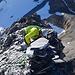.. und hier beim Gipfelbuch-Suchen.<br />Man beachte das beidseitig etwas abfallende Gelände
