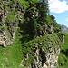 Il sentiero segue la cengia molto esposta e aggira la costola nord-est  della Punta del Lago delle Streghe. Ci sono delle funi di sicurezza ?! ma sono staccate dalla parete. Meglio non fidarsi!