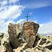 Sommet du Teltschehorn. Le livre des passages est fixé à la droite du rocher.