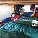in der Hütte ist es kalt - deshalb, wer nicht im Weg rumstehen möchte, der legt sich besser in seinen Schlafsack