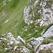 Ein paar Meter noch auf der Graskante, dann eine letzte, unschwierige Rinne hinunter, dann ist der Grat geschafft.