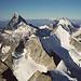 Eines der schönsten Gipfelpanoramen der Alpen und Titelbild manches Walliser Führers: Aussicht über den Rothorngrat zum Trifthorn, darüber von links Matterhorn, Wellenkuppe, Obergabelhorn, Dent d'Hérens und Tête de Valpelline