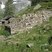 Le baite di Alpe Mittlentail di Qua; dall'altra sponda del guado, si trova la baita dell'Alpe Mittlentail di Là. Entrambe nei paraggi grossomodo a quota 1943 mt. Da queste parti c'è il bivio per il sentiero 7D per l'Alpe Testanera e si abbandona il sentiero 7A per il Colle del Turlo.