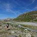 Durchs ergrünende Gletscher-Vorfeld - [U 3614adrian] mit gefundenem, altem Gletscher-Hut auf dem Kopf ...