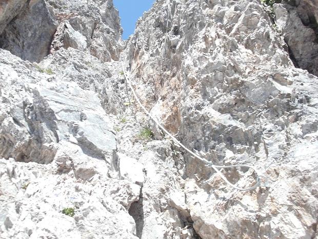 In der Rinne erleichtert ein Drahtseil den Aufstieg.