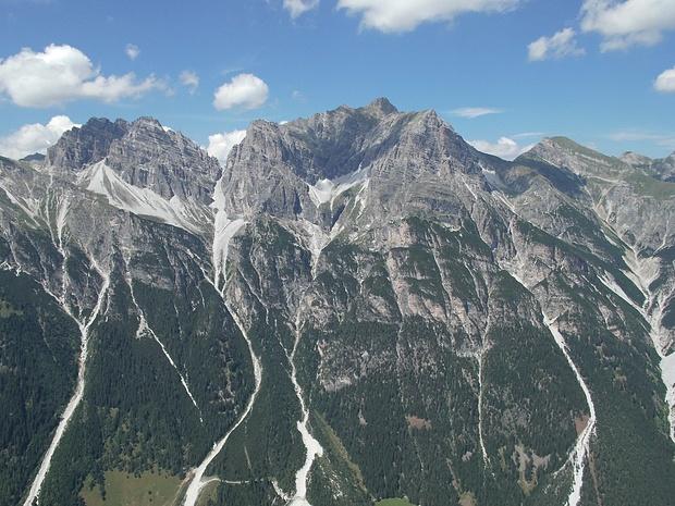 Blick zu Bergen auf der anderen Talseite