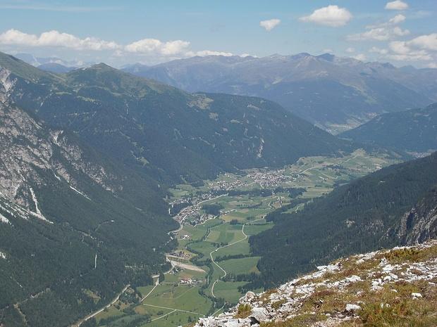 Blick übers Gschnitztal zu den Tuxer Bergen auf der anderen Seite des Wipptals