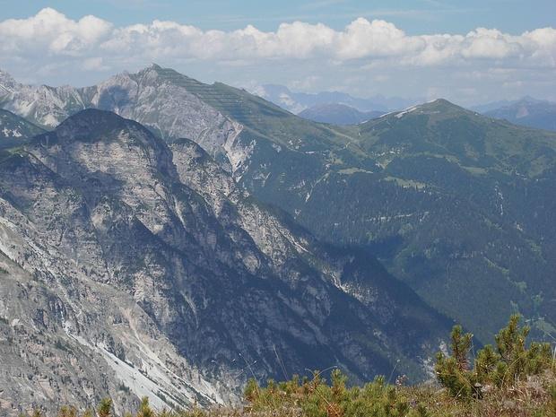 Links vor der Peilspitze die Hohe Burg