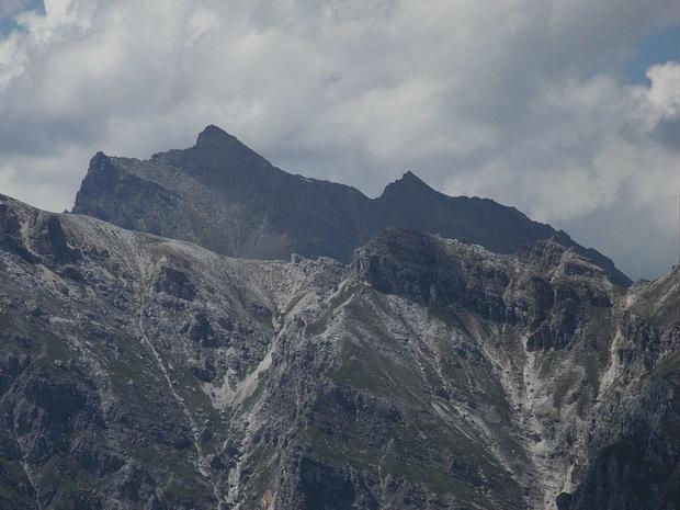 Ich muss noch herausfinden, wie der Berg hinter dem Kamm heißt.