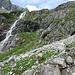 Der Klettersteig verläuft in den dunklen Platten deutlich rechts des Wasserfalls