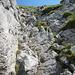Über Felsplatten gilt es hoch- bzw. abzuklettern.<br />Ein Drahtseil hilft dabei.