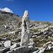 ein natürliches Kunstwerk aus Stein am Wegesrand.
