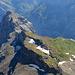 Zoom auf die Claridenhütte hinunter