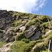 Das Gehgelände auf dem Gipfelkamm wird durch eine - harmlose - etwa 3 Meter hohe Stufe unterbrochen.