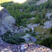 """Au P.2397, vue sur Linde Bode et le chemin parcouru. Au centre-gauche, la fameuse pierre """"avalée"""" par la falaise."""