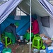 Das zweigeteilte Zelt: vorne die Küche, dahinter der Essbereich.