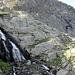 L'ultimo tratto del sentiero prima del lago sale a svolte sulla dx della cascata.