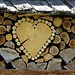 und liebevoll geschichtete Holzbeigen