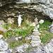 Kleine Grotte am Wegrand