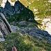 3. Kopf: Abklettern in Scharte 3/4, in kompaktem Fels sicher und kontrolliert möglich. Auf dem sonnenbeschienen Fels rechts im Bild ist das Drahtseil sichtbar, wo die Kletterer raufkommen, um die restlichen Köpfe zu überklettern.