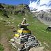 Wegweiser wie Tschörten im Himalaya: rechts geht es heute zur Oresteshütte, links morgen Richtung Soalzapass und weiter Richtung Rifugio Cittaà di Mantova und Capanna Gnifetti. In den Wolken die Vincentpiramid