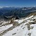 Abwechselnd auf Firn- und Geröllfeldern hinunter zum Colle Bettaforca. Links das untere Val d'Ayas, rechts prominent der Grand Tournalin