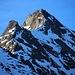 Chli Dirruhorn (3890m) und Dürrenhorn / Dirruhorn (4034,9m) herangezoomt; dazwischen ist der 3860m hohe Sattel Selle. Auf dem Firngrat oberhalb der Selle sind einige Bergsteiger zu sehen.