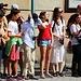 Touristen warten auf die bevorstehende Wachablösung mit Parade am königlichen Schloss. Allerdings residiert der König maist ausserhalb des Schlosses am Stadtrand von Stockholm.