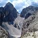 Abstieg und Aufstieg zur Grasleitenpasshütte. Diese liegt hinten auf dem Sattel.