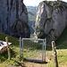 aber es gibt eine Lücke, wobei das Tor am Torloch schon witzig ist, so ganz ohne Anschluss links und rechts