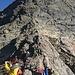 Der Einstieg in die Kletterei befindet sich oberhalb bzw. hinter dem ersten Markanten Felsblock