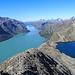 Panorama vom Besseggen Grat: Links der Gjende See der durch das Gletscherwasser grünlich gefärbt ist und rechts der tiefblaue Bessvatnet. Die beiden Seen liegen mehr als 300 Höhenmeter unterschiedlich hoch und werden durch einen nur 8 Meter schmalen Grat getrennt.