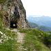 Einer der vielen Tunnel auf der Wanderweg von Lagh da Caralin nach Poz del Dragu.