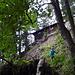 Unter der Jagdhütte, die wie eine Burg auf einem Sporn thront