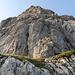 Über einen einfacheren, fast gratartigen Abschnitt geht's an den Fuss des vierten Aufschwungs, der mit einer schwierigen Kletterpassage (V+) in schönem und kompaktem Fels aufwartet.
