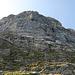 Ausblick auf das einfachere Gelände und den mächtigen, rund 100m hohen sechsten Absatz, welcher mit Kletterei im Grad V+ aufwartet.