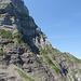Übersicht des Zustieges und des steilen Abschnitts des Pfeilers bis zum brüchigen Grat (Foto vom 01.08.2018)