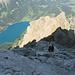 Rückblick auf den brüchigen Grat und den unteren gutmütigen Teil der Gipfelwand.