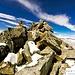 Omino di sassi segnaletico sotto la cima ovest