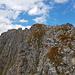 Der Gipfelgrat ist nicht sonderlich schwer, aber teilweise sehr brüchig. Hier wackeln auch die größeren Blöcke, dazu deutlich ausgesetzter wie es hier wirkt