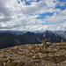 Auf dem breiten Plateau findet sich ein großer Steinmann