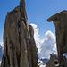 Rückblick auf die Mediane mit ihrem Loch vom Aufstieg zur Pointe Carmen