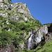Im Aufstieg aus dem Valea Rea zur Portiţa Viştei - Während wir einen steilen Grashang emporsteigen, stürzt neben uns das Flüsschen Valea Rea über mehrere Stufen ab.