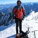 Roger auf dem Gipfel. Das Bild lässt es erahnen: Es blässt ein eisiger Wind.