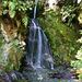 Ein Wasserfall, den man unterwegs passiert