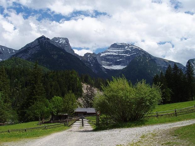 Schaufelspitze und Sonnjoch,links von der Schaufelspitze der bewaldete Aufstiegsrücken