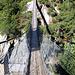 Hängebrücke welche die Talstation der Gelmerbahn mit dem gegenüberliegenden Ufer der Aare verbindet